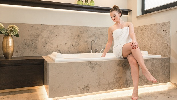 Ein Luxusbad mit edlen Materialien und schönen Lichteffekten